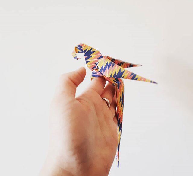 Jour 3 du défi médias sociaux #etsymtl #etsymtldesfetes: la plus longue étape de ma production / ma technique & ses aspects positifs, ses défis.  La plus longue étape de ma production est sans aucun doute le pliage des figures d'origami qui se trouvent dans les ampoules, pots mason, cloches -  bien que ca puisse varier du simple au double en fonction du pliage effectué. C'est d'ailleurs une question que l'on me pose souvent lors des événements! Pour vous donner un ordre d'idée, un dragon me prendra 20min à plier, tandis qu'un éléphant 13 et une grue 5min. Quand j'apprend une nouvelle forme cela prend toujours plus de temps puis raccourcit avec l'entraînement jusqu'à un 'point de rendement maximal' (puis on n'est pas des machines non plus! Haha). Je dirai que l'aspect positif essentiel est que c'est ma détente de plier (comme d'autres la boxe, le dessin, le tricot etc). Mais toute chose à ses limites, la redondance et la répétition peuvent parfois me peser dans les périodes de production plus intenses... C'est la que des pauses s'imposent! . . . . . #faitauquebec #madeinmontreal #koz #kozouf #parrot #origamiparrot #paperparrot #origami #paperfolding #paperartist #papercraft #paperdesign #handmade #handcrafted #craft #decoration #design #paperart