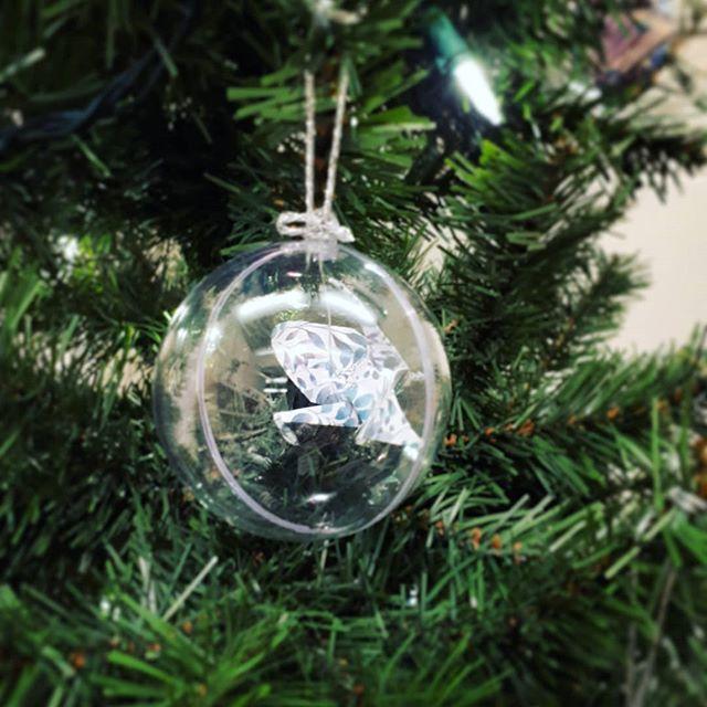 Jour 4 du défi médias sociaux #etsymtl #etsymtldesfetes: rabais, promotions, idées cadeaux, coulisses  Pssst: dès samedi lors du marché Etsy Montréal des Fêtes, vous trouverez des boules de Noël uniques - et introuvables sur mon site - avec la deuxième à prix réduit. Vous aurez aussi le deuxieme pot mason déco et la deuxième ampoule déco à prix réduit, et sans taxes à ajouter 😉 Une belle occasion d'offrir et de se faire plaisir en même temps, ou d'offrir à toute la famille à prix réduit! Puis tous ves objets décos  font de merveilleux cadeaux, uniques, personnels et faits à la main (jusqu'aux stickers d'emballage!) . . . . #christmasball #christmas #crane #origamicrane #papercrane #paperfolding #origami #craft #papercraft #handmade #handcrafted #koz #kozouf #christmasornament #christmastree #gift #christmasgift