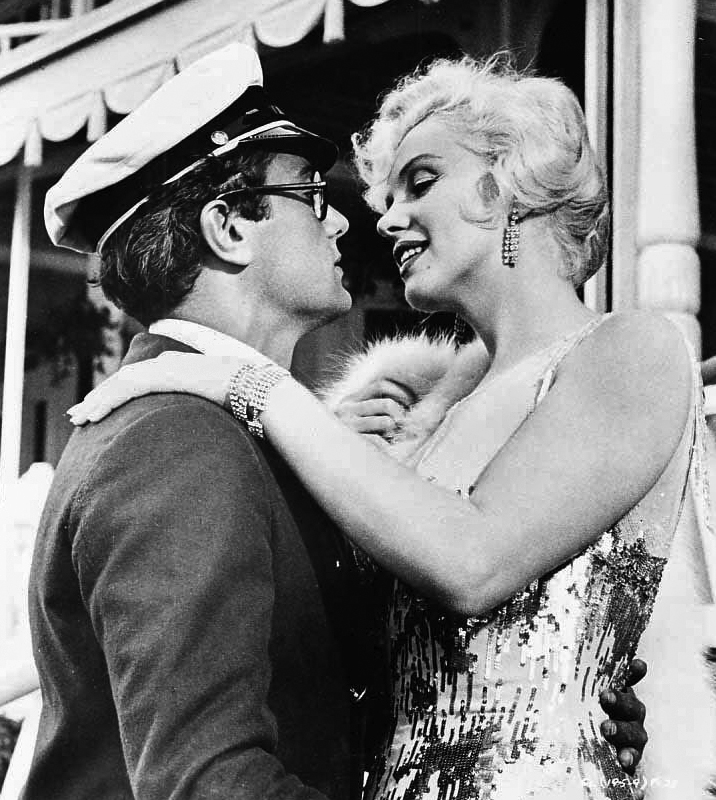 Monroe_and_Curtis_in_Some_Like_it_Hot.JPG