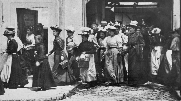 #54) Employees Leaving the Lumière Factory - (1895 - dir.Louis Lumiere)