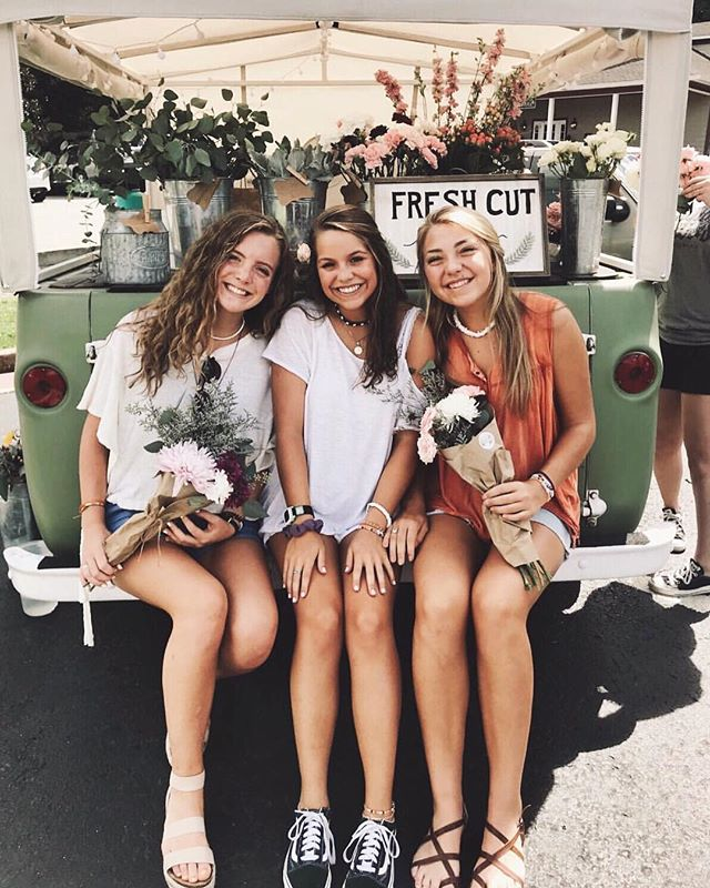 f r i y a y 🌻 We are at at TWO places to help start off your weekend!! Grab a friend and come see us! @shopbpm from 12:00-3:00 and @cruzefarmgirl from 6:00-9:30. We have our eyes on the weather and will update y'all in our stories if something changes. See you soon!! // 📷 | @lexie_fernandes