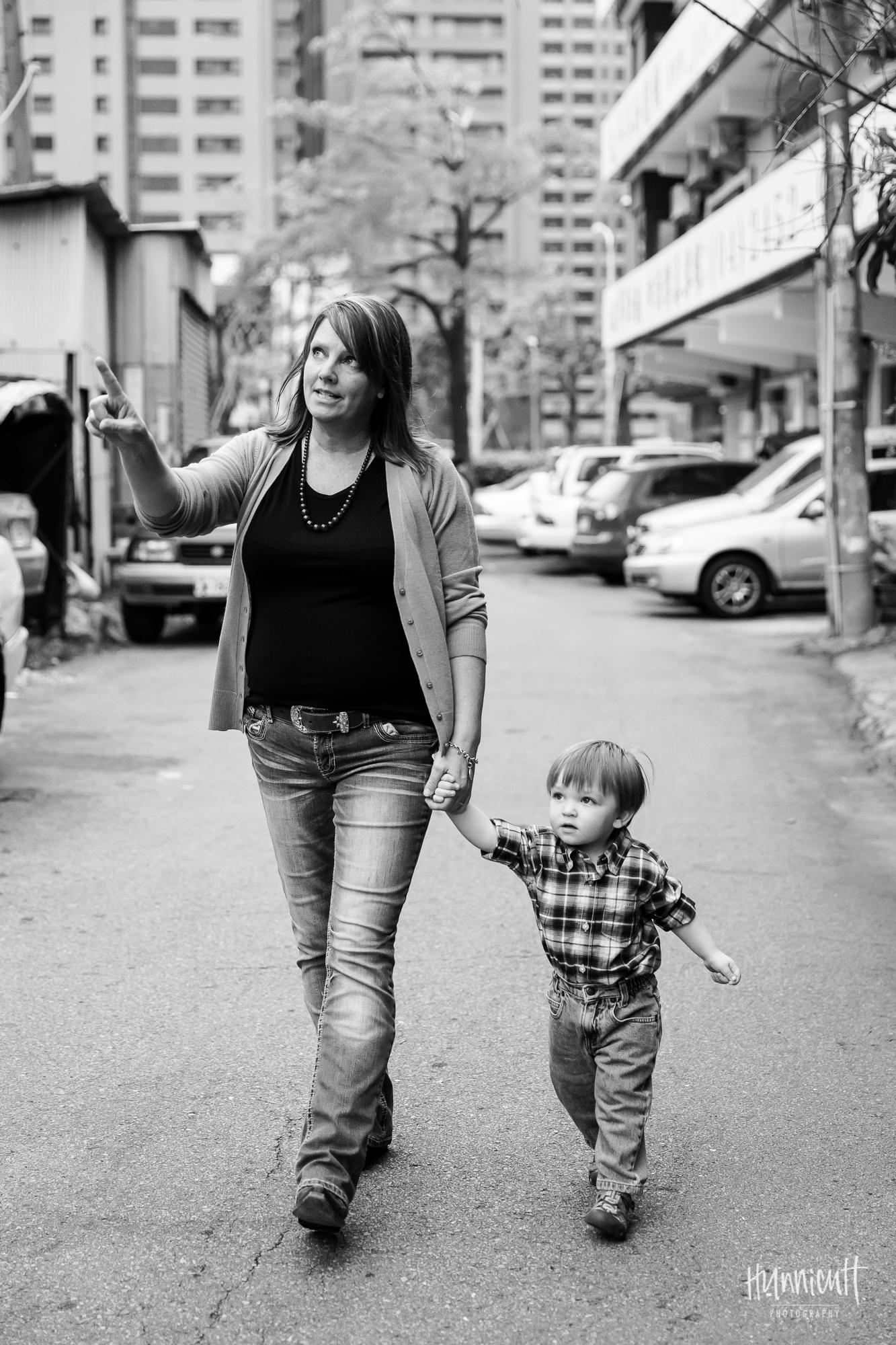 Outdoor-Modern-Urban-Family-Hunnicutt-Photography-Rebecca-Hunnicutt-Farren-Taichung-Taiwan-Exploring-Neighborhood-14