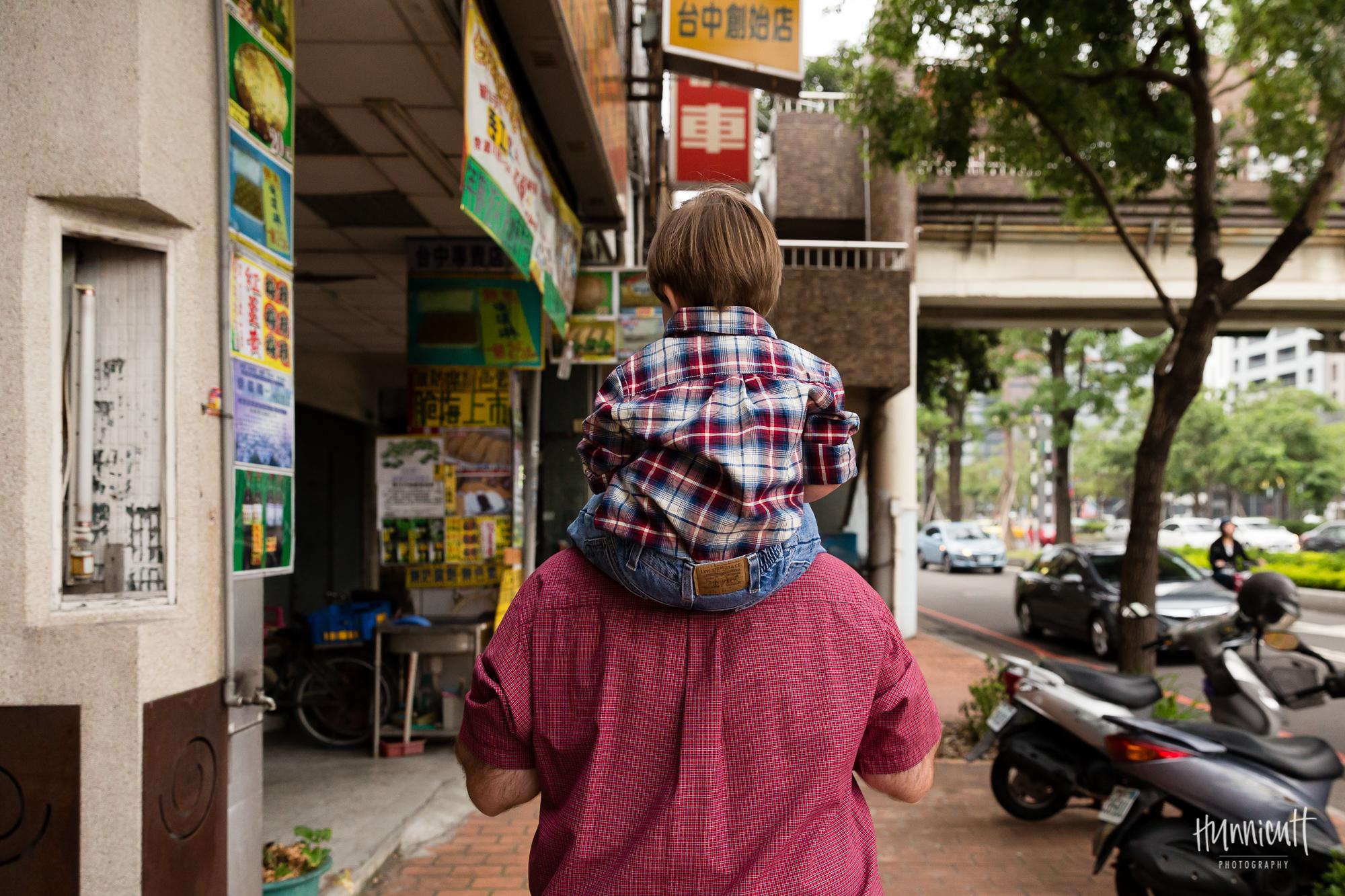 Outdoor-Modern-Urban-Family-Hunnicutt-Photography-Rebecca-Hunnicutt-Farren-Taichung-Taiwan-Exploring-Neighborhood-4