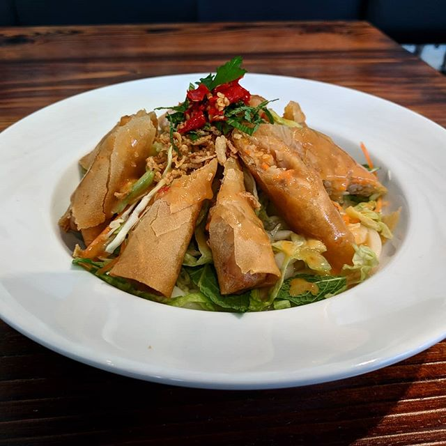 One of the new vegetarian additions for the sunny months ahead! Vegetarian spring rolls with cold udon noodles in a sweet and spicy yuzu dressing 😍🌡️