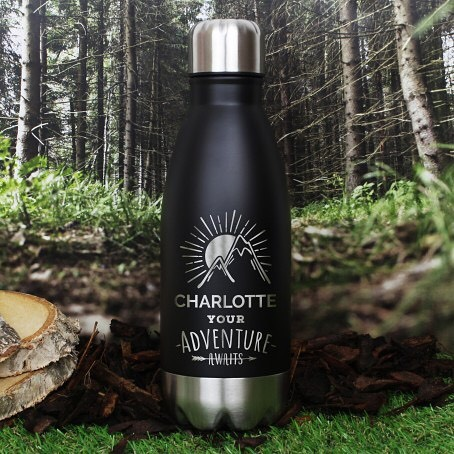 🌲⛰Our Personalised 'Adventure Awaits' Black Travel Bottle is an ideal gift for a recipient on the move. 🌲⛰Shop now by clicking the link in our bio ✨