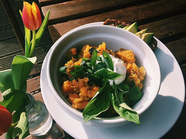 Oh hello, sweet potato and spinach dhal/with Thai basil and yogurt garnish. Affordable healthy food that will make you feel well posh! #lunch #sunday #yum #healthy #n16 #parklife #lizzysonthegreen