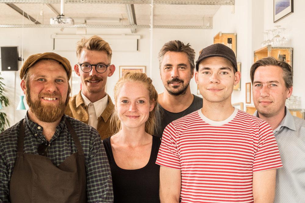 gruppebillede m filmfolk - Øens Spisested - Foto Mikkel Bækgaard-3.jpg