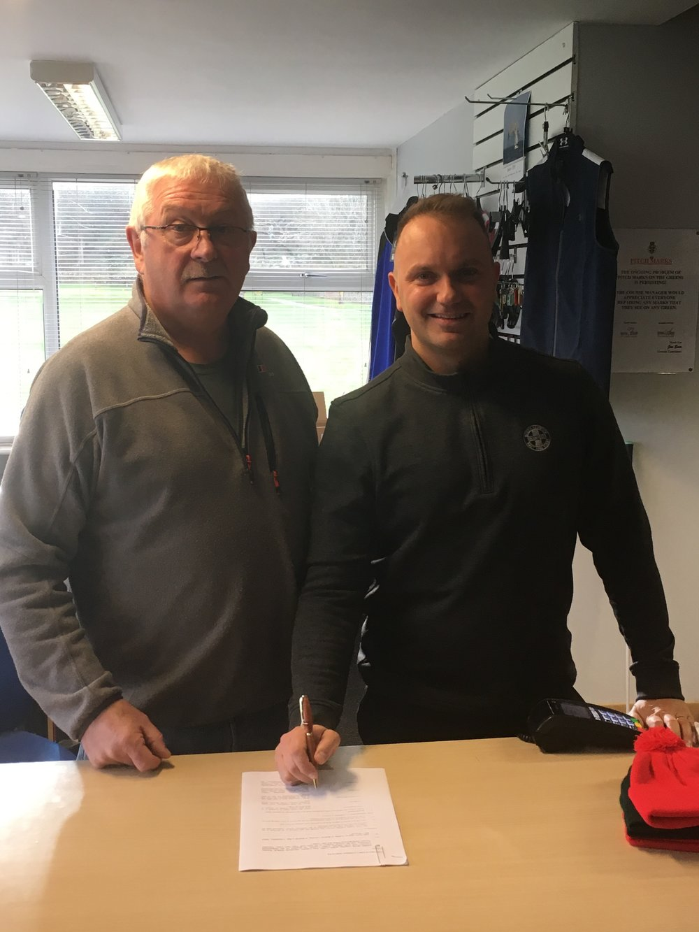 Clint signs his catering contract in the presence of Club Captain Jim Sear. We would like to take this opportunity to wish Clint a successful future catering at The Glen, East Links and ask members to support your new caterer.