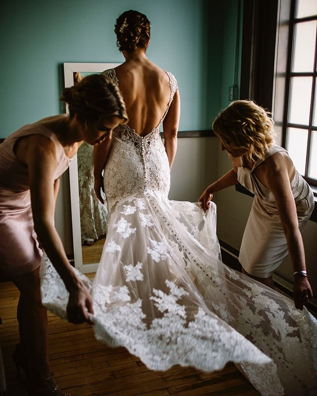 Pick a squad that will have your back (figuratively AND literally) 💖😭 • • • • • • • #thewandererscommunity #epicloveepiclife #radstorytellers #greenweddingshoes #gritandvirtue #dmvphotographer #azphotographer #wisconsinphotographer #dmvweddings #dmvbride #wisconsinbride #radlovestories #marylandphotographer #virginiaphotographer #destinationweddings #dcweddingphotographer #moonlightdaydreamers #loversofthelight #helloelopement #adventurousweddings #littlethingstheory #travelweddingsphotographer #freespiritedbrides #belovedstories #engagedlife #wildweddingsinfo