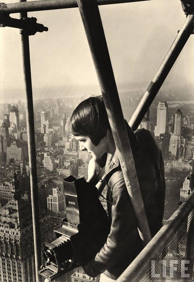 MARGARET BOURKE-WHITE STA IN PIEDI ALL'INTERNO DELL 'IMPALCATURA DEL CHRYSLER IN COSTRUZIONE A NEW YORK, 1931. FOTOGRAFO: HENRI CARTIER-BRESSON.