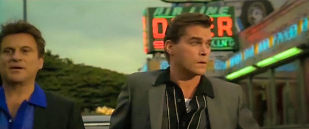 """JOE PESCI E RAY LIOTTA IN """"QUEI BRAVI RAGAZZI"""", UN FILM CRIME AMERICANO DIRETTO DA MARTIN SCORSESE. È UN ADATTAMENTO DEL ROMANZO """"WISEGUY"""" DEL 1986 SCRITTO DA NICHOLAS PILEGGI, CHE SCRISSE LA SCENEGGIATURA INSIEME A SCORSESE. IL FILM NARRA L'ASCESA E LA CADUTA DELL'ASSOCIAZIONE CRIMINALE DI HENRY HILL DEI SUOI AMICI E DELLA FAMIGLIA PER UN PERIODO CHE VA DAL 1955 AL 1980."""