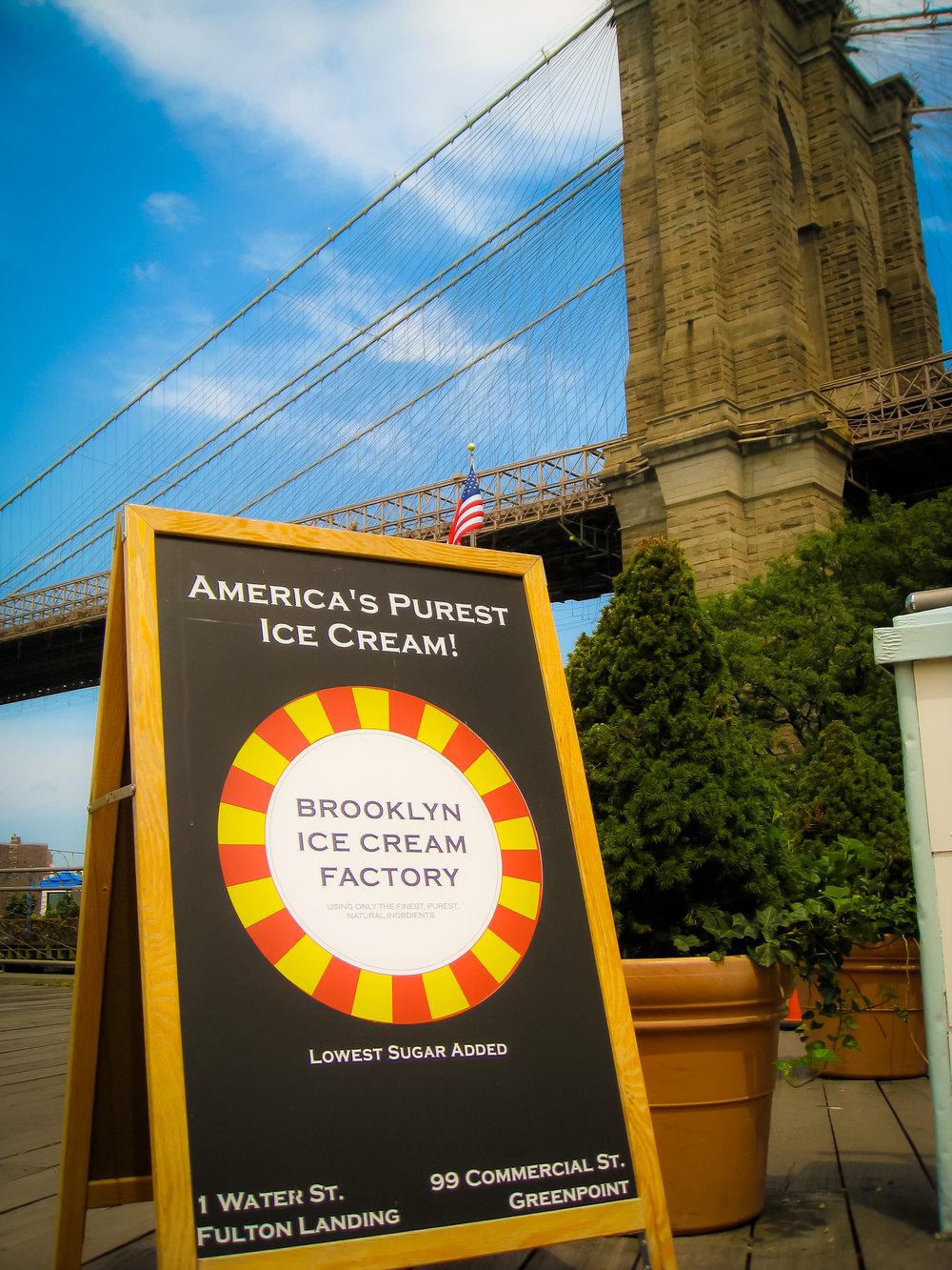 THE BROOKLYN BRIDGE ICE CREAM FACTORY AL 1 DI WATER STREET, A FIANCO AL PUNTO D'APPRODO DEL FULTON FERRY IN DUMBO. FOTO: LUCAS COMPAN