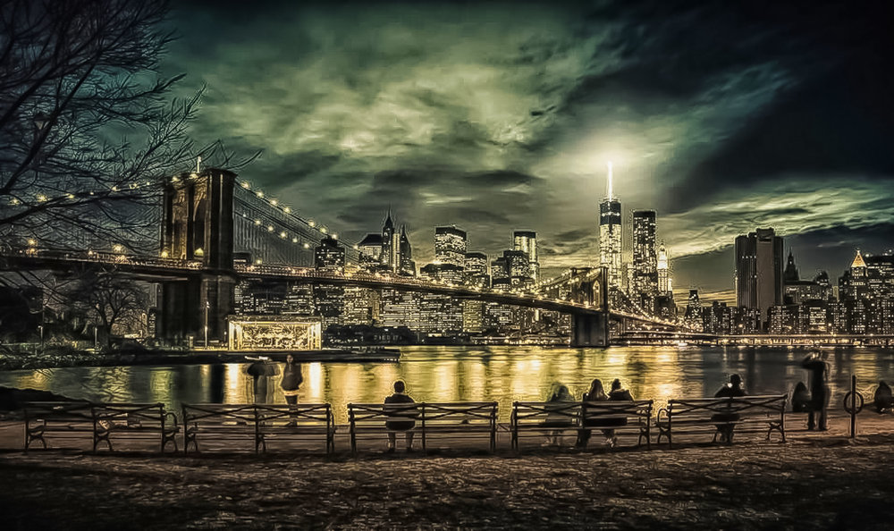 IL BROOKLYN BRIDGE VISTO DA DUMBO. JANE'S CAROUSEL (A SINISTRA) E LA FREEDOM TOWER (A DESTRA). FOTO: LUCAS COMPAN