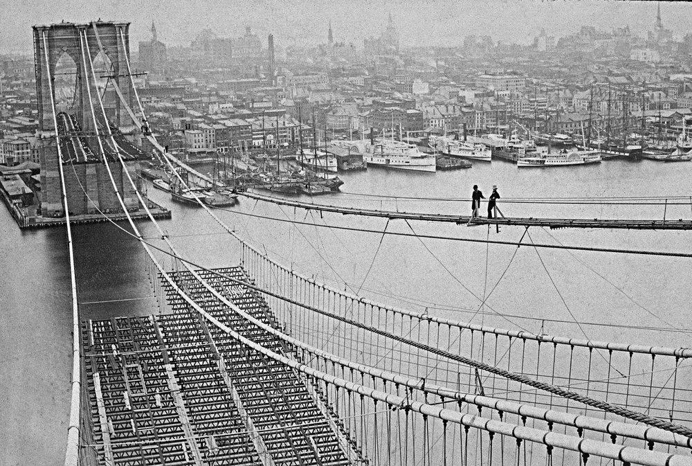 LA COSTRUZIONE DEL PONTE DI BROOKLYN,1881. IMMAGINE: NYPL