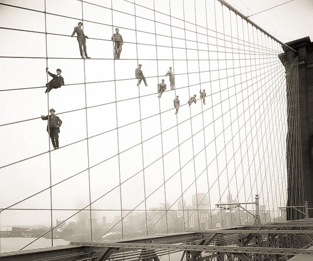 APPENDERSI SUL PONTE DI BROOKLYN, 1914. FOTOGRAFIA: EUGENE DE SALIGNAC - PER CONCESSIONE DI NYC MUNICIPAL ARCHIVES