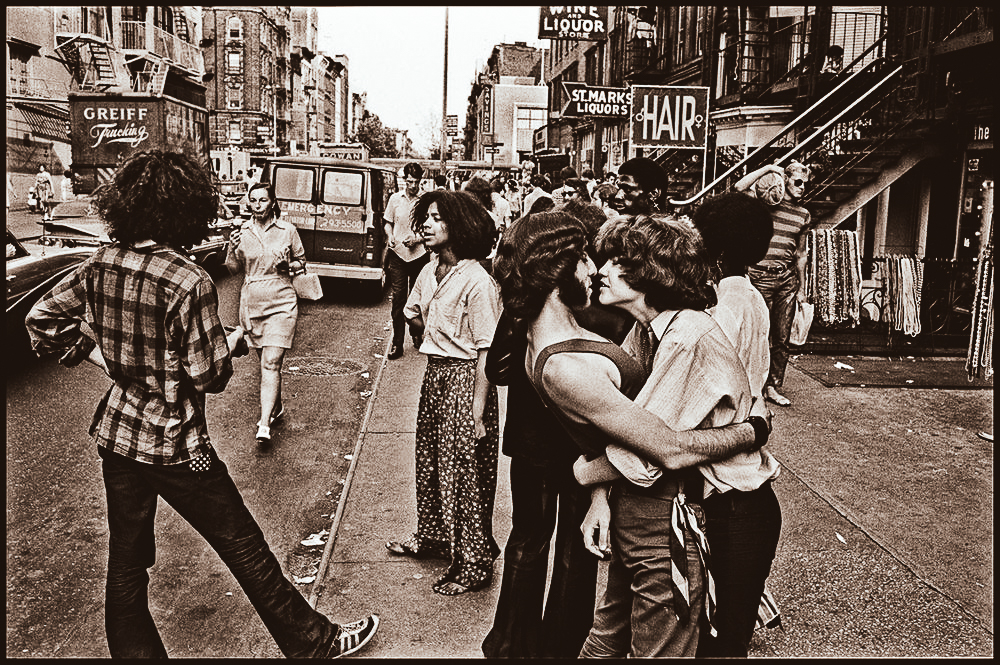 ST. MARKS PLACE NEL 1968. (FOTO DI GEORGE COHEN)
