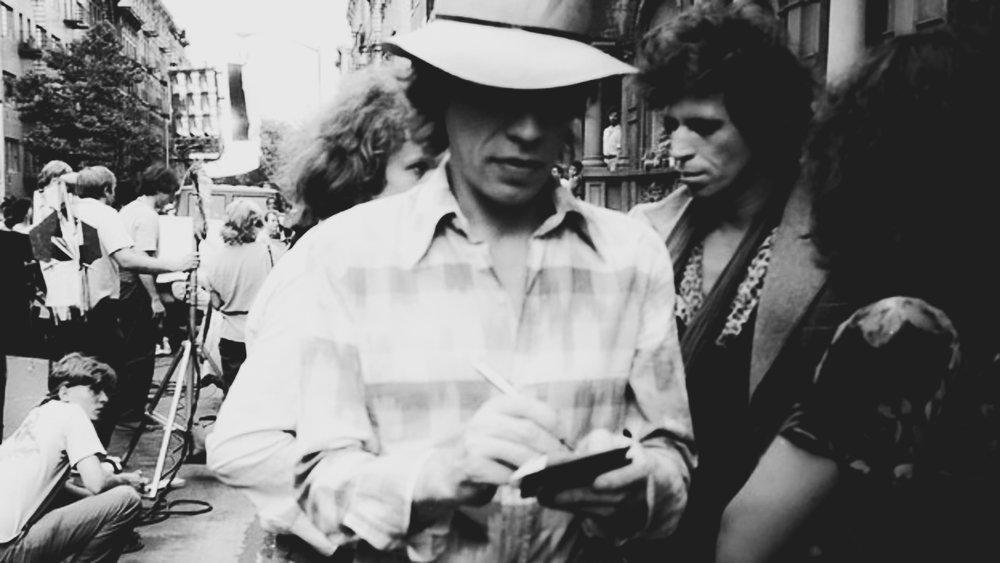 """MICK JAGGER E KEITH RICHARDS DEI ROLLING STONES POSANO INSIEME PER UN RITRATTO DURANTE LA REGISTRAZIONE DEL VIDEO PER LA CANZONE DEI ROLLING STONES """"WAITING ON A FRIEND"""", IL 2 LUGLIO 1981 NELL'EAST VILLAGE, NEW YORK CITY, NEW YORK. (IMMAGINE: NANCY HEYMAN /MICHAEL OCHS ARCHIVES / GETTY)"""