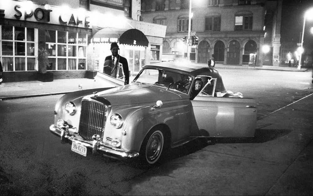 THELONIUS MONK E LA BARONESSA NICA DE KOENIGSWARTER ENTRANO NELLA BENTLEY (DI LEI) FUORI DAL FIVE SPOT JAZZ CLUB CAFE', NEW YORK 1964. (FOTOGRAFIA: BEN MARTIN/ TIME & LIFE PICTURES/ GETTY IMAGES)