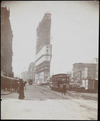 L'EDIFICIO DEL NEW YORK TIMES IN COSTRUZIONE, 1903. IMMAGINE: MUSEO DELLA CITTA' DI NEW YORK