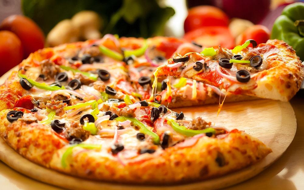 """A PIZZA IS A PIE. """"GET A SLICE"""" SIGNIFICA """"COMPRA UNA FETTA DI PIZZA"""""""