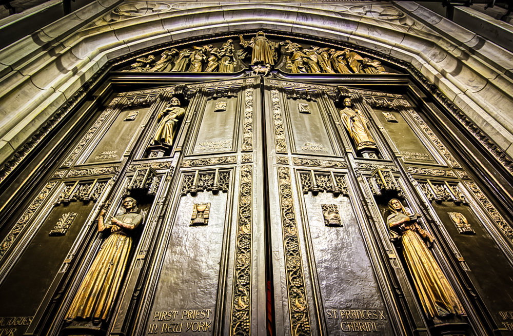 St. Patrick's main doors are made of bronze, and each weigh 9,200 pounds ( 4,173 kilograms ). Photo: lucas compan
