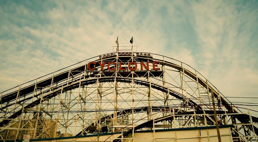Cyclone roller coaster: since 1927 has spawned seven clones around the world. It was even declared a city landmark in 1988 and a National Historic Landmark in 1991. Photo    @Lucascompan