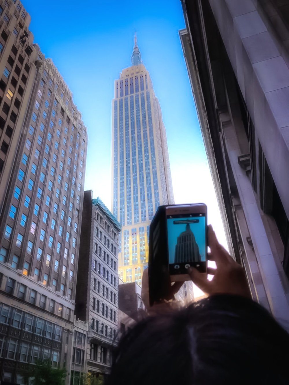 La piccola new yorker capturing her favorite building: the empire state building. photo    @lucascompan