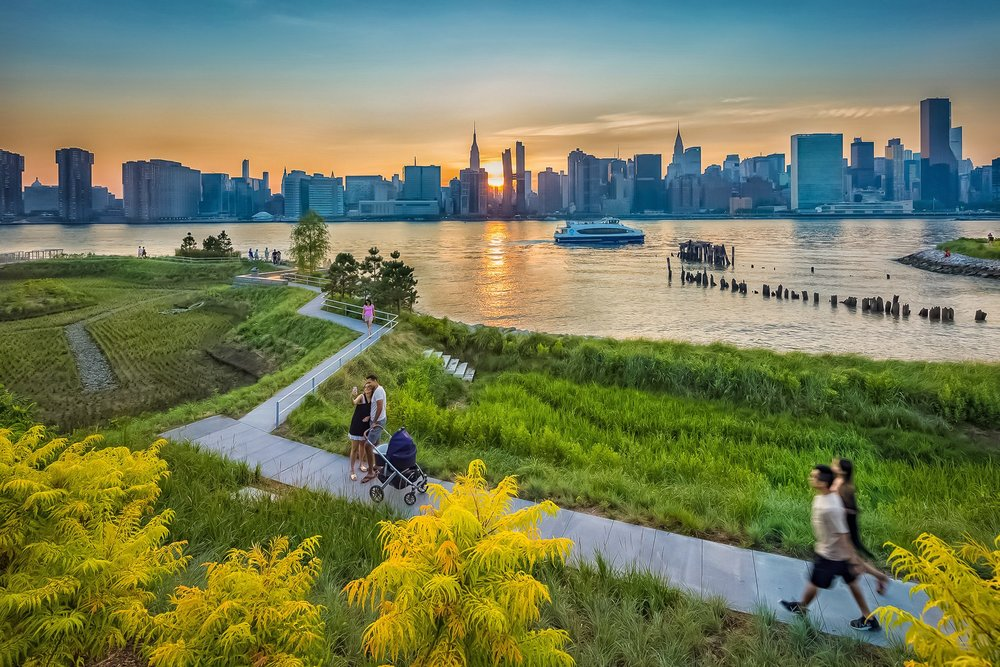 hunter's point south park is an amazing spot to just relax and enjoy nature, birds, waterfront, and fantastic views of manhattan skyline. photo:  @Lucascompan
