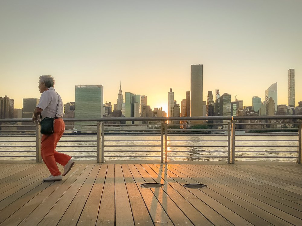 breathtaking views of manhattan and inspiring sunsets: that's one one of the amazing experiences you will enjoy at the gantry plaza state park, in long island city. Photo:  @lucascompan