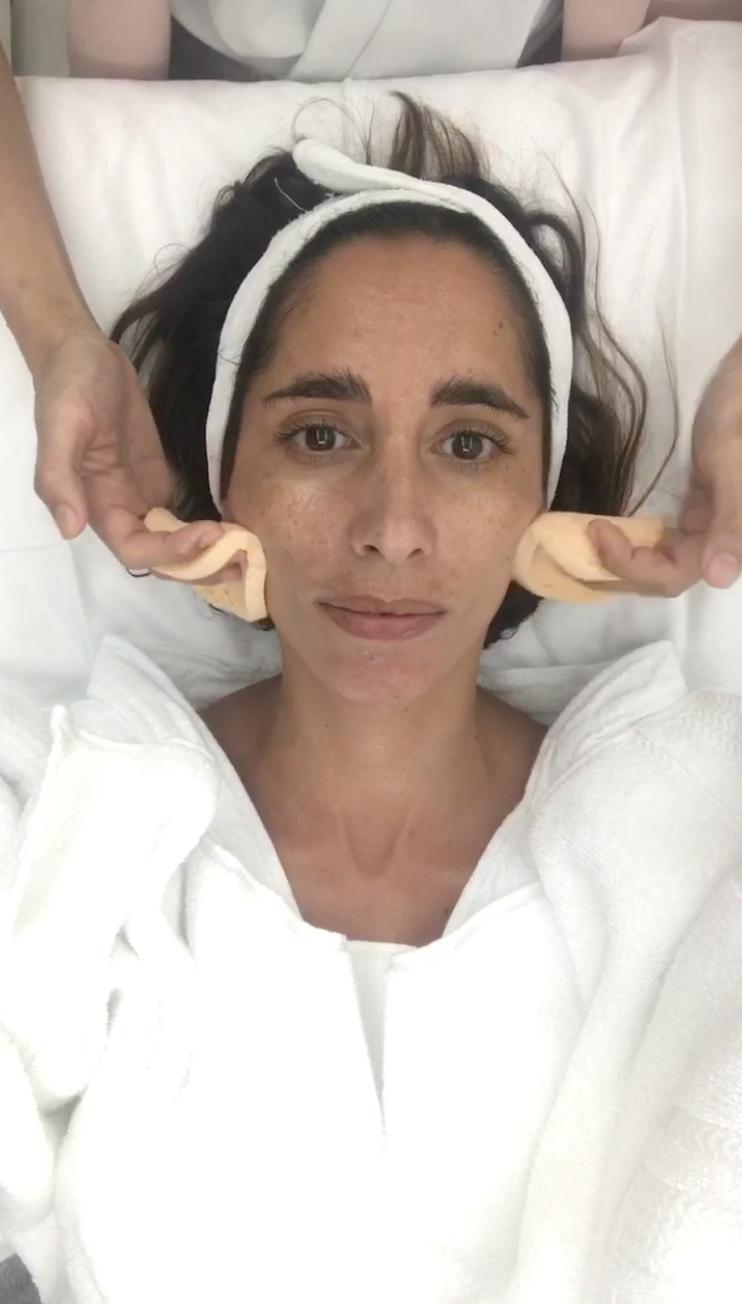 Olivia Camplez, founder Dominique Beauté em uma sessão de facial