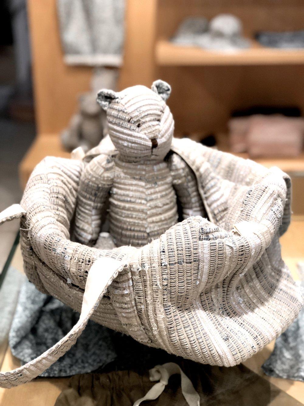 A diaper bag e o ursinho são feitos com tecido reciclado de coleções passadas.
