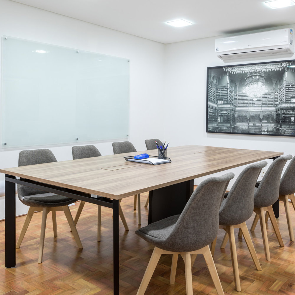 Sala de reunião do Luna com uma foto do Lucas Lenci