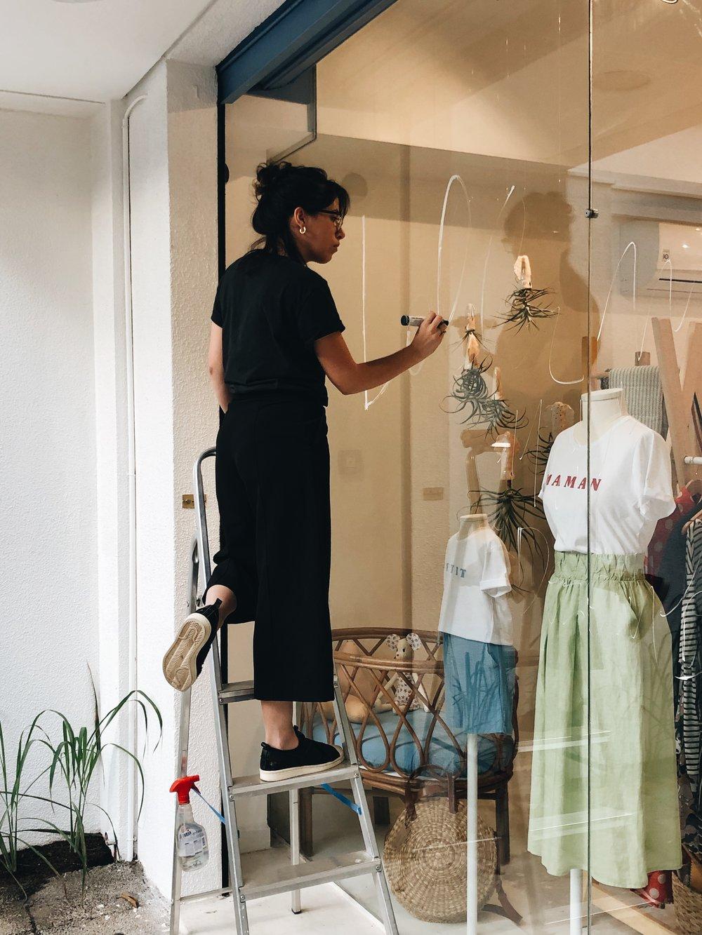Maria Ruth Jobim finalizando a arte da vitrine