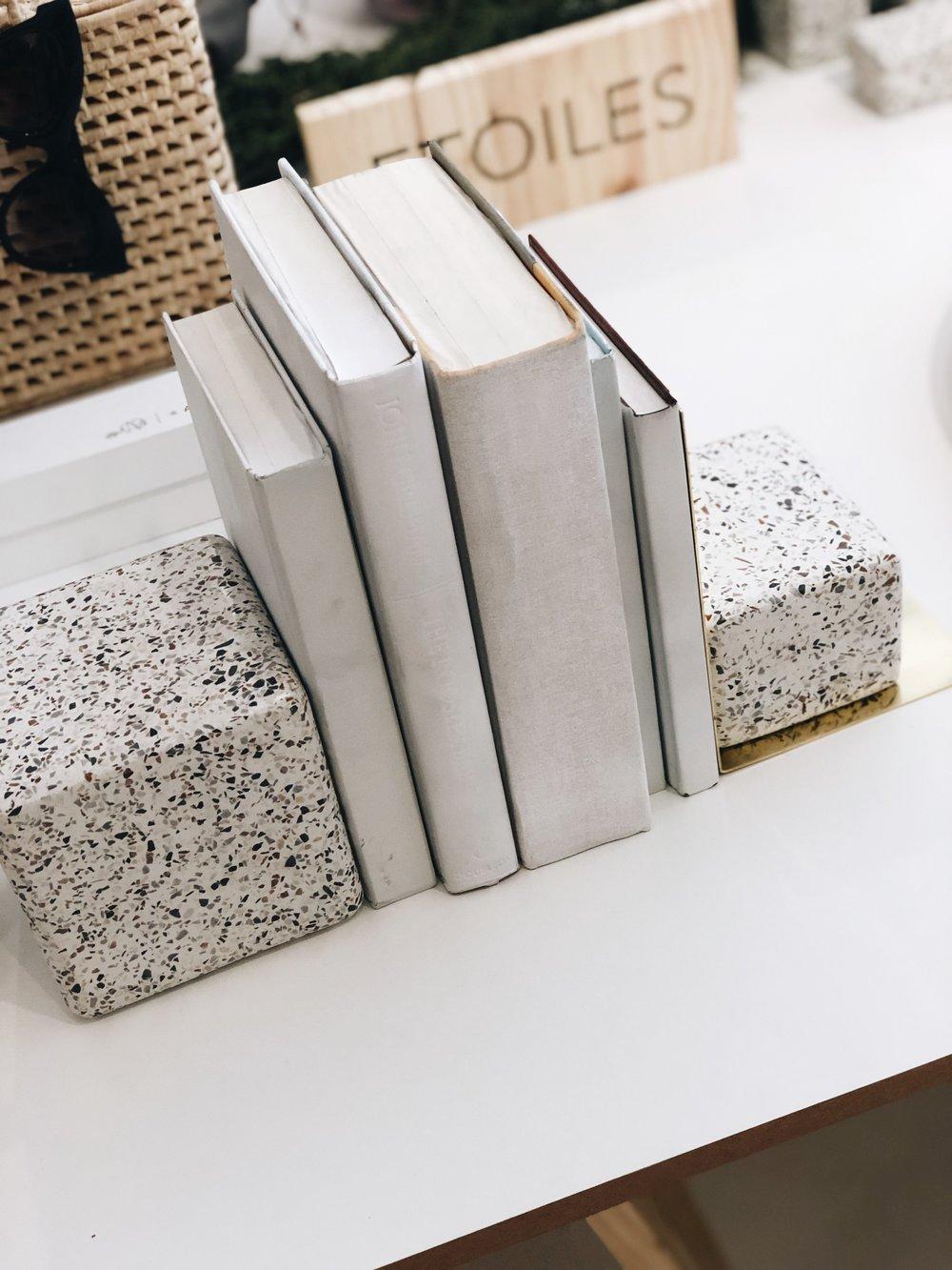 Porta livros da colar Etoiles + Estudio Prole