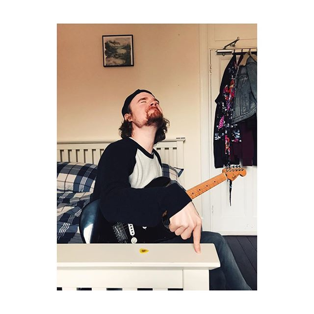 Here's @liamnarrie playing his imaginary arpeggiated synth with absolute fervour ⚡️#themanthemyththelegend #cowrites #songwriters #newmusicalert #producers #fenderstratocaster