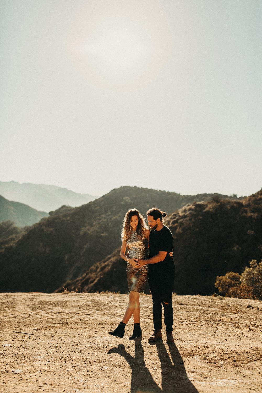 unique-maternity-photos-husband-malibu-mountains