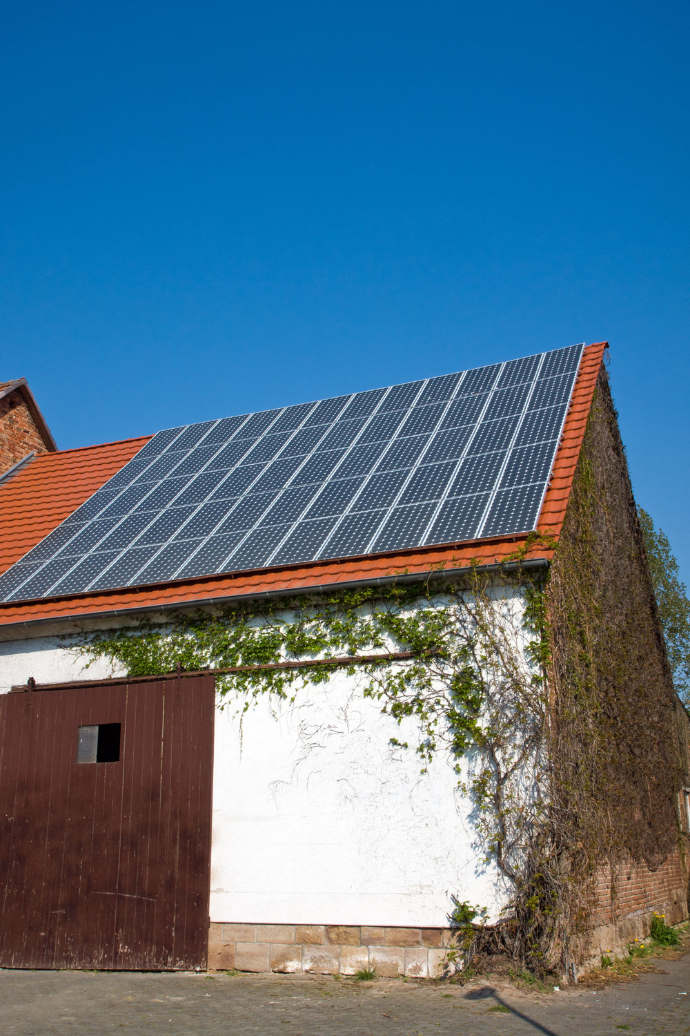 old-barn-with-solar-cells-P9AHPRS.jpg