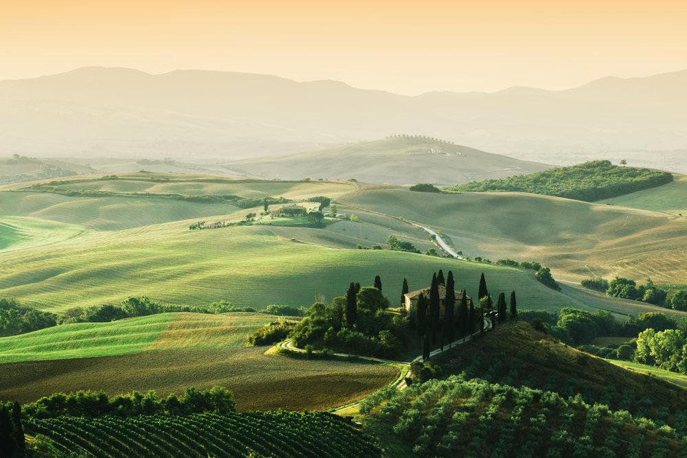 tuscany-landscape-at-sunrise-tuscan-farm-house-PLBXJ67.jpg