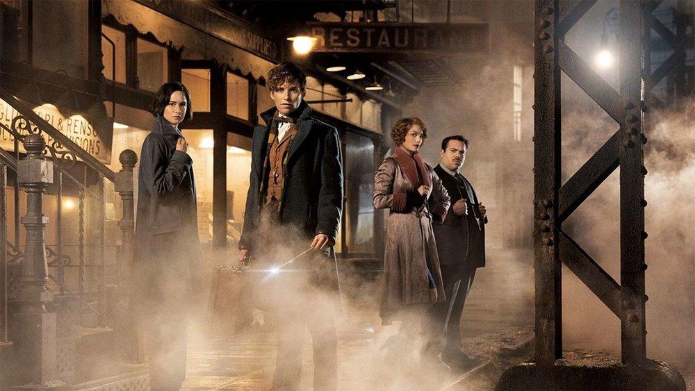 Newt Scamander ao centro; Tina Goldstein à sua direita; Queenie Goldstein e Jacob Kowalski ao fundo