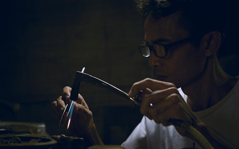 A Selaka Kotagede silversmith at work.