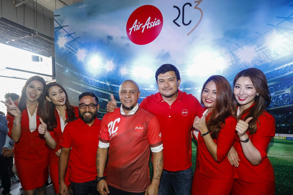 Football legend Roberto Carlos (middle) with Riad Asmat, CEO of AirAsia Malaysia (middle left), and Benyamin Ismail, CEO of AirAsia X Malaysia (middle right) as AirAsia unveils its latest global brand ambassador