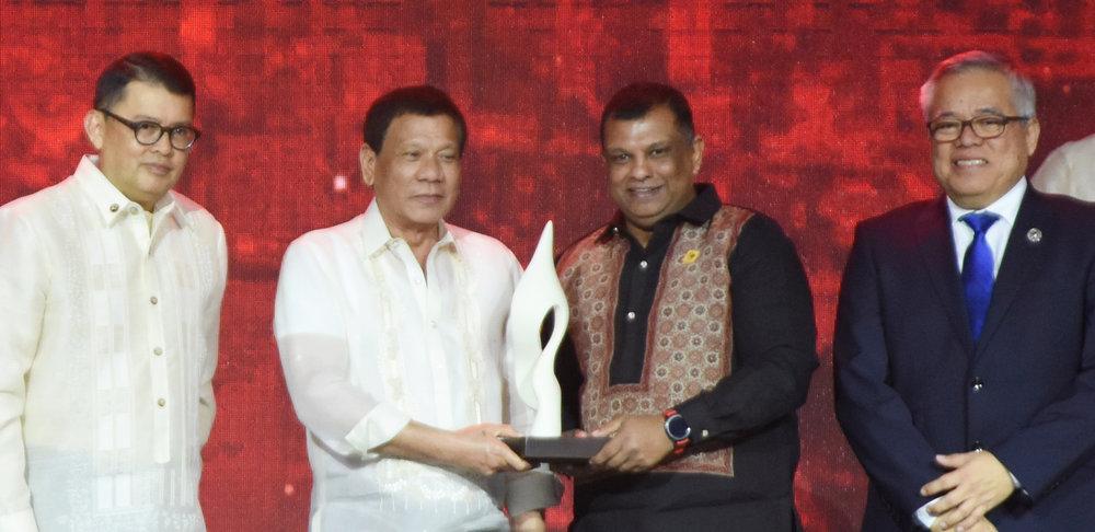 09 Asean Business Advisory Council chairman Joey Concepcion, Philippine President Rodrigo Roa Duterte, AirAsia Group CEO Tony Fernandes, Philippine Trade and Industry Secretary Ramon Lopez.JPG