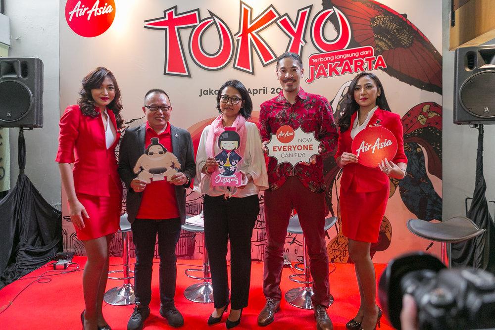 Direktur Niaga AirAsia Indonesia, Rifai Taberi (kedua dari kiri); Manager Japan National Tourism Organization, Kristiana Susanti (tengah) dan Musisi Jepang, Hiroaki Kato (kedua dari kanan) pada acara Pengenalan Rute Internasional Langsung AirAsia X Indonesia Terbaru Jakarta - Tokyo (Narita) yang diselenggarakan hari ini.