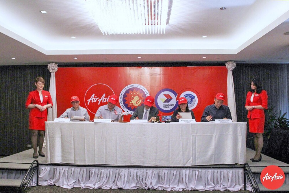 (L-R) AirAsia Philippines Chief Finance Officer Jose Leandro Ramos, AirAsia Philippines CEO Captain Dexter Comendador, DBM Secretary Benjamin Diokno, PS-PhilGEPS Executive Director Bingle Gutierrez and AirAsia Philippines Commercial Director Gilberto Simpao flanked by AirAsia Philippines Cabin Crew.