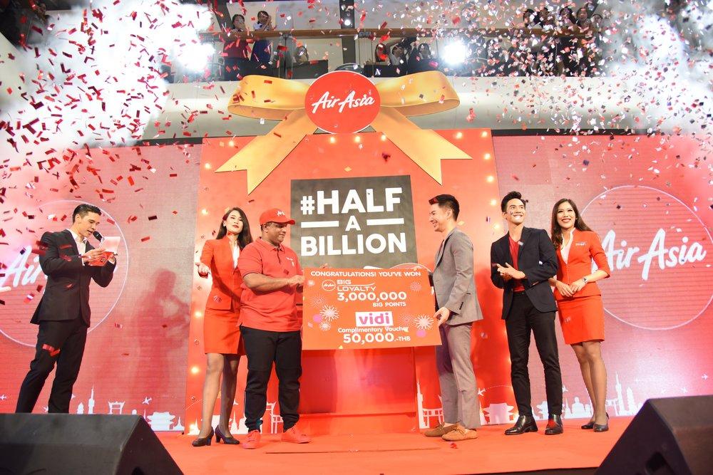 5월15일 태국 방콕에서 열린 에어아시아의 탑승객5억 명 돌파 축하 행사에서5억 번째 승객 파눗 오프라설차왓(오른쪽에서 세 번쨰)이 토니 페르난데스 에어아시아 그룹CEO(왼쪽에서 세 번째)와 태국의 유명 배우 포프 라나왓(오른쪽에서 두 번째)로부터 축하를 받고 있다.
