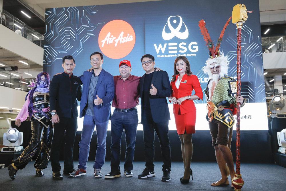 Kenyataan Gambar (Tiga dari kiri ke kanan) :   Pengasas dan Ketua Pegawai Eksekutif Alisports Zhang Dazhong, Pengerusi Eksekutif Kumpulan AirAsia Berhad dan Ketua Pegawai Eksekutif Kumpulan AirAsia X Datuk Kamarudin Meranun dan Pengerusi Agri Mind Sdn Bhd Calvin Lau di majlis pelancaran AirAsia dan Alisports Membawakan World Electronic Sports Games ke Asean di AirAsia RedQ.