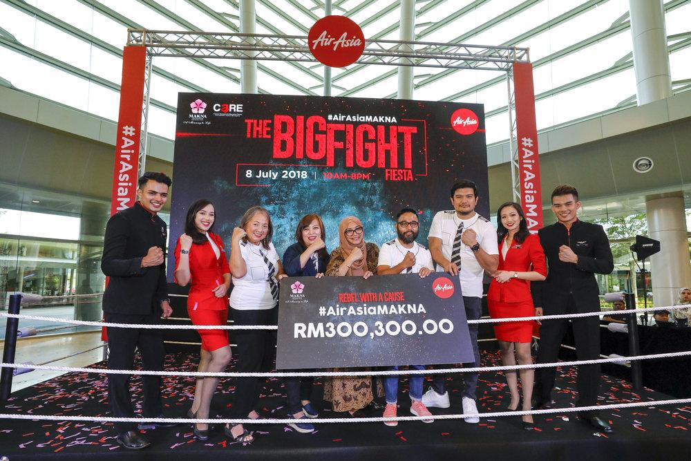 Kenyataan Gambar (Dari kiri ke kanan): Pengerusi AirAsia Filipina dan pejuang kanser Marianne 'Maan' B Hontiveros, Pemangku Ketua Pegawai Eksekutif AirAsia BIG Sereen Teoh,Pengurus Besar MAKNA Farahida Mohd Farid, Ketua Pegawai Eksekutif AirAsia Malaysia Riad Asmat dan Ketua Pegawai Eksekutif AirAsia X Benyamin Ismail, di acara '#AirAsiaMAKNA: The Big Fight Fiesta' hari ini.