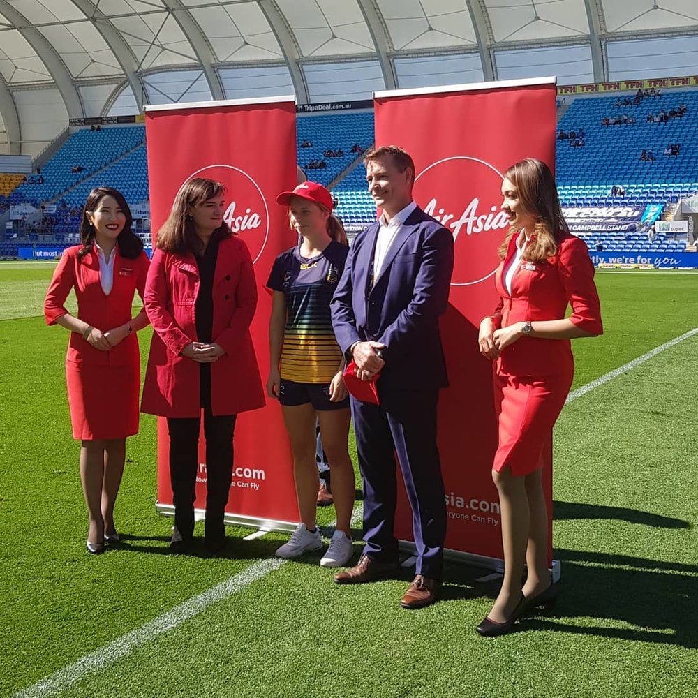 L-R: Beverley Mackenzie -  Head of Commerical AirAsia Australia/ and New Zealand, Tarryn Aiken, - Australian Youth Team & Gold Coast Titans Representative, Steve Mitchell CEO Touch Football Australia with AirAsia Cabin Crew