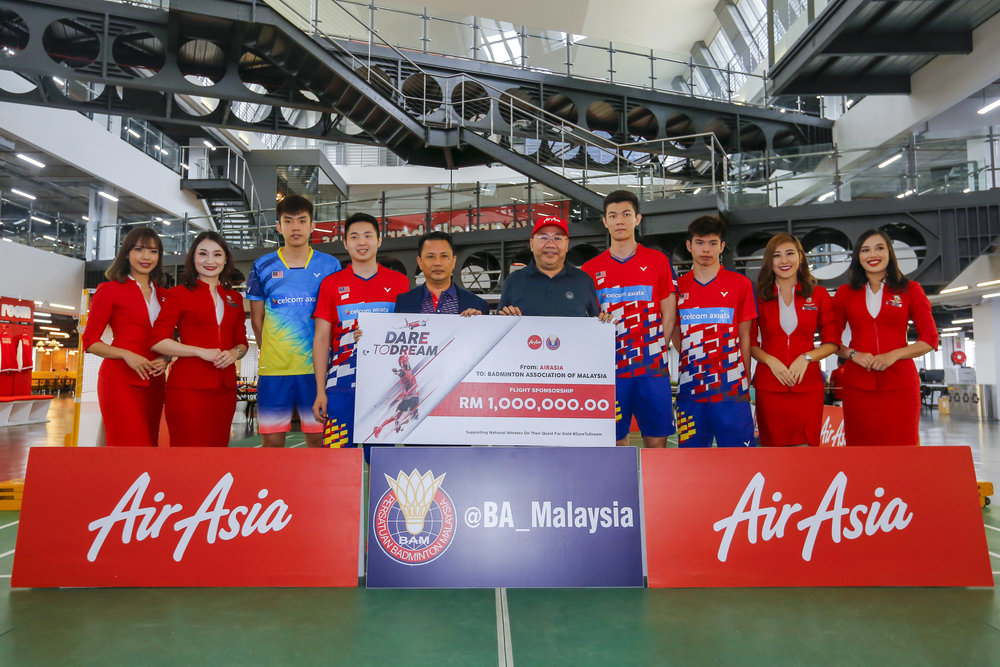 Photo Caption:   BAM President Dato' Sri Mohamad Norza Zakaria  (middle left) and Executive Chairman of AirAsia Group Berhad and Group CEO of AirAsia X, Datuk Kamarudin Meranun  (middle right) flanked by national badminton players and cabin crew at the mock cheque presentation ceremony today.