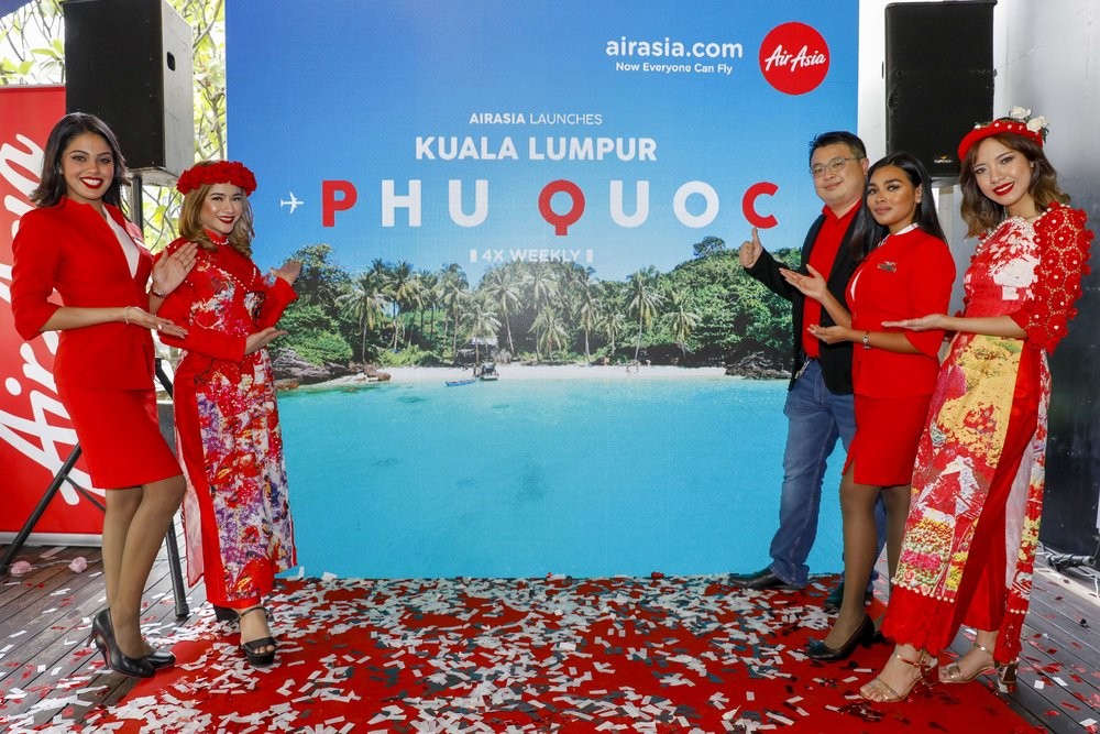 Keterangan Gambar:Spencer Lee, Ketua Komersial AirAsia Malaysia merasmikan laluan baharu AirAsia dari Kuala Lumpur ke Phu Quoc, Vietnam.